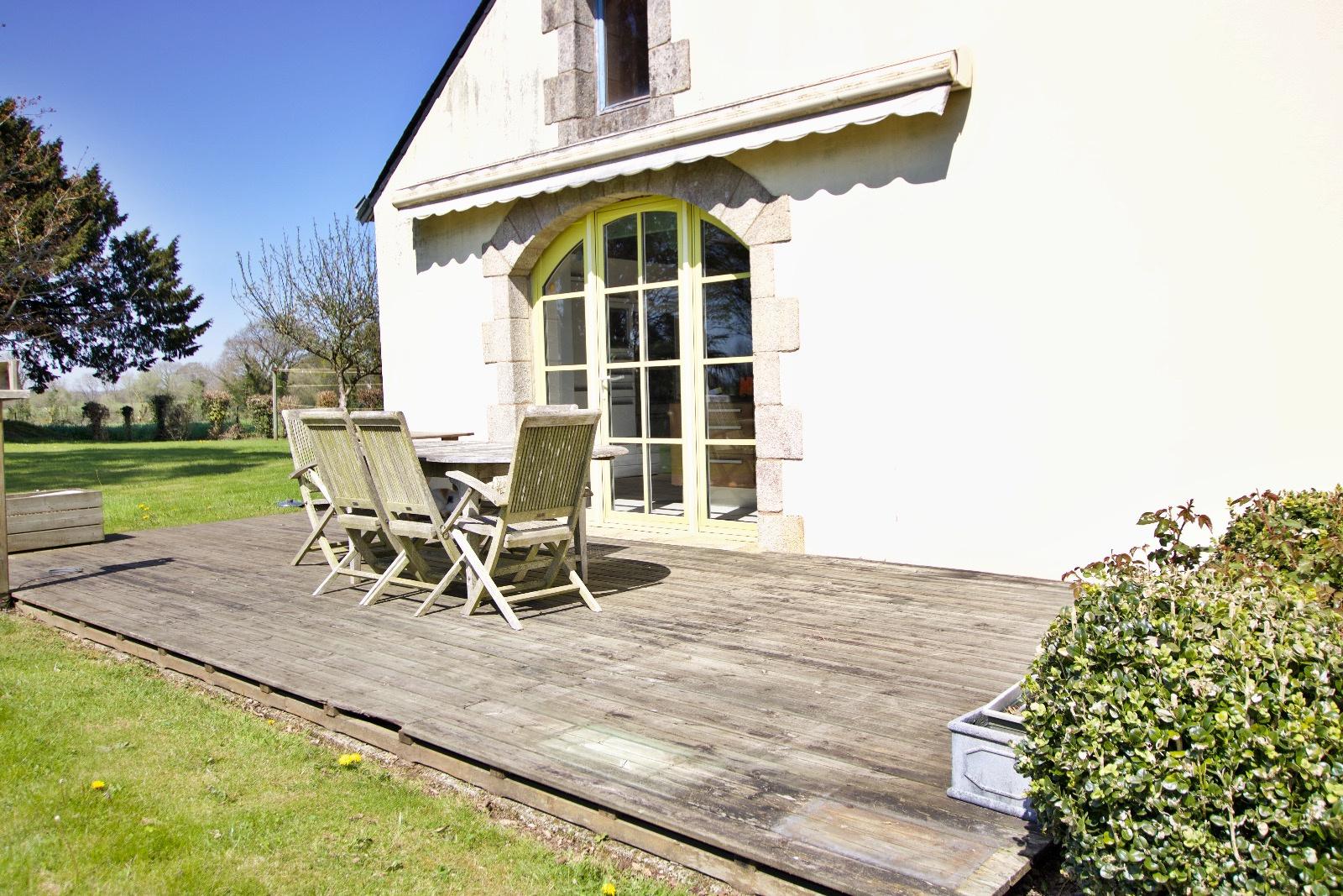 Terrasse donnant sur la cuisine de la maison d'habitation coté ouest